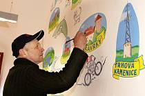 Miroslav Alexa zdobí svými malbami zeď informačního centra.