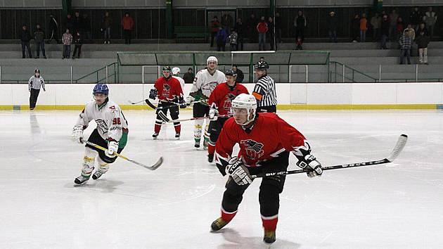 Hokejová krajská liga mužů pokračovala osmým kolem, v němž v okresním derby prohrálo Hlinsko doma s Chrudimí 2:4.