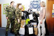 Vojáci si přebírají humanitární pomoc včetně Krtečka.
