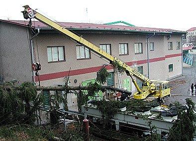 V důsledku řádění lednového orkánu Kyrill v roce 2007 bylo poškozeno chladící zařízení zimního stadionu.