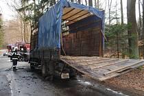 Ve středu 17. dubna kolem 17.50 hodin došlo mezi obcemi Včelákov a Srní k požáru nákladního automobilu Avia A 30. Na korbě byla převážena kobyla s hříbětem.