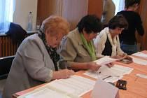 Vysypávání urny a sčítání volebních hlasů v rámci komunálních voleb 2010 v Chrudimi.