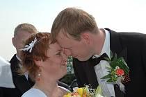Novomanželé Petr a Alena Lavických si netradičně řekli své ANO na zřícenině hradu Lichnice 30.4.2011 v10:00.