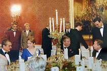 Zdeněk Šaroun stojí přímo za zády prince Charlese a kontroluje práci číšníků. Šarounovy pohostinnosti využívalo mnoho celebrit; na snímku vidíme manžele Havlovy i současného ministra zahraničí Karla Schwarzenberga.