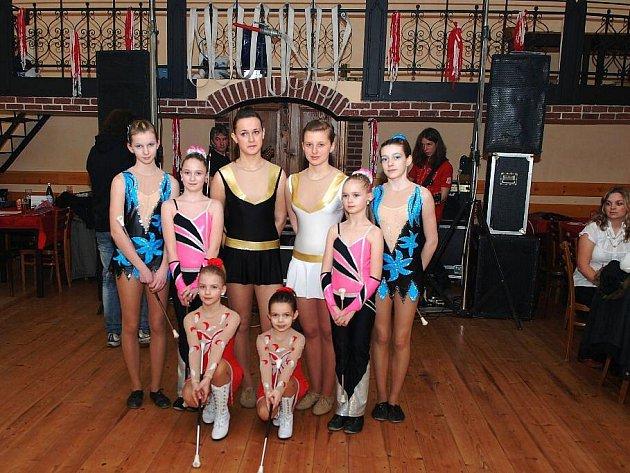 Hasiči z SDH Běstvina uspořádali historicky první ples. V rámci doprovodného programu se na něm představily i ronovské mažoretky.