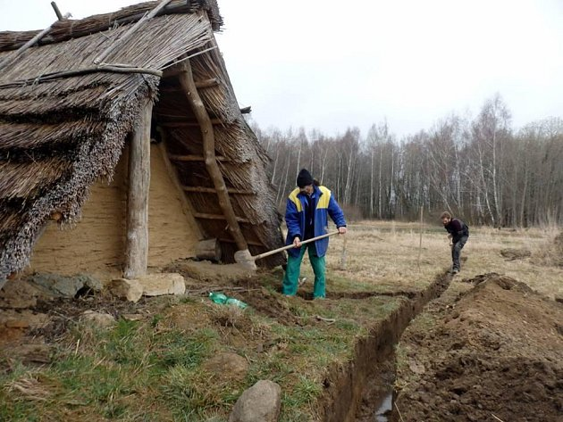 Bójové se pustili do stavby skanzenu.