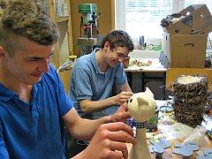 Klienti v dílně ručních prací v Domě na půl cesty Hrochův Týnec vyrábí krásné věci.