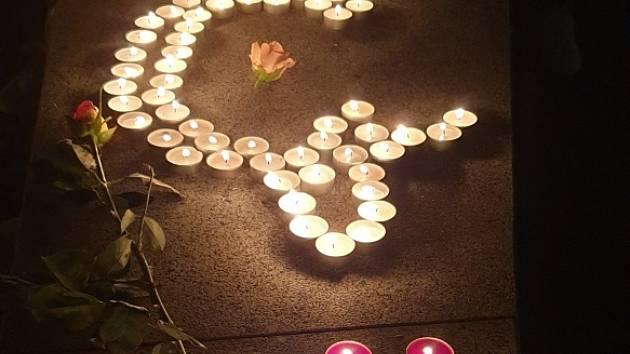 Lidé v Hlinsku již několik dní zapalují světýlka pro Karla.
