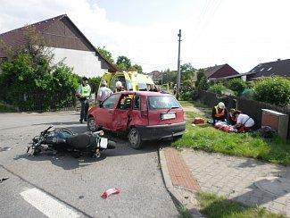 Motocyklista utrpěl po střetu s automobilem ve Chvojenci zranění.