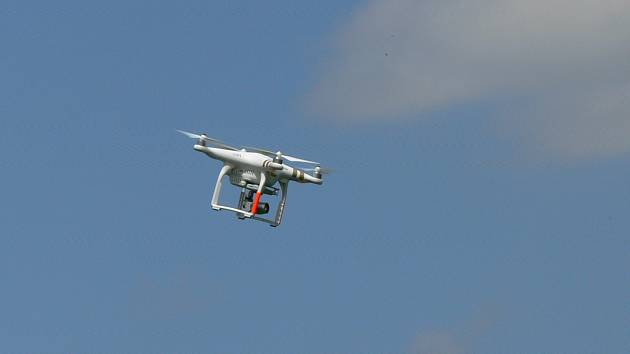 Dron je osazen kamerou s vysokým rozlišením. Sloužit bude například pro rychlý přehled na místě živelné katastrofy.