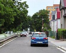 Dopolední provoz v chrudimské ulici Na Ostrově.