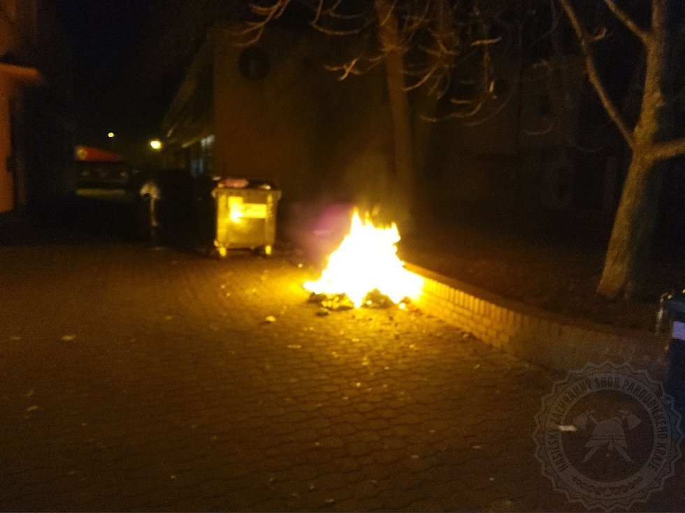 Výjezdů kvůli zábavní pyrotechnice nebo výtržnostem měli letos hasiči i strážníci naprosté minimum. Foto: MP Pardubice, HZS PK