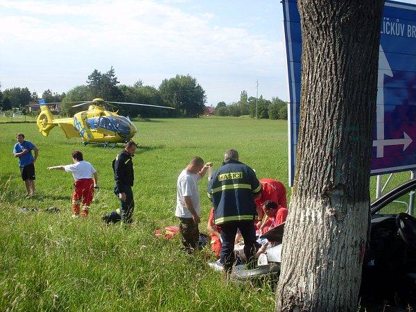 Dva motorkáři se zranili při srážce osobního auta a motocyklu uKrouny na Chrudimsku. Jednoho musel vrtulník převézt do Fakultní nemocnice vHradci Králové.