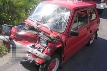 Při nehodě ve Vížkách na Chrudimsku byl zraněn řidič fiatu. Při průjezdu levotočivé zatáčky přejela 63letá řidička osobního vozidla Škoda Felícia do protisměru, kde se čelně střetla s protijedoucím vozidlem Fiat.