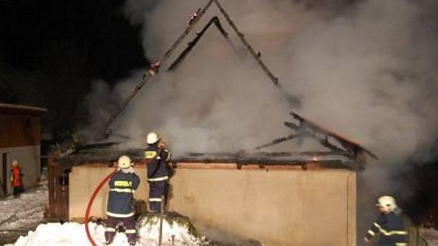 Požár stavby rodinného domu v Kunvaldě byl zapálen úmyslně.