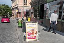 Nabídkové tabule lemují například chodník v Široké ulici