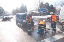 Chrudimští hasiči zasahovali 21. února v 10.22 hodin u dopravní nehody na křižovatce ulic Slovenského národního povstání a Topolská v Chrudimi, kde došlo ke střetu osobních automobilů Fiat Doblo a Citroen C3.