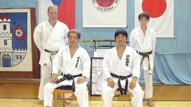 Trenér Oddílu karate Hlinsko Miloslav Zdražil a jeho žák Jan Boháč se setkali s legendami světového karate Šihanem Kancho Kanazavou 9 Dan z Japonska a Senseiem Murakami.