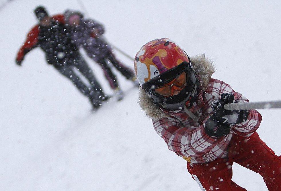 LYŽAŘSKÉ PODMÍNKY NA SJEZDOVCE  v Hlinsku jsou výtečné. Asi půmetrová směs technického a přírodního sněhu je upravena tak, aby měli velcí a malí vyznavači sjezdového lyžování skvělé zážitky z jízdy.
