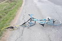 Cyklistka byla s vážnými zraněními transportována vrtulníkem. Na kole vznikla škoda zhruba třicet tisíc korun.