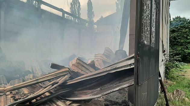 Seník v Obořici stále doutná, příčina požáru je dosud záhadou.