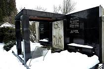 Zloději a vandalové poškozují již několik let Popperovu hrobku.