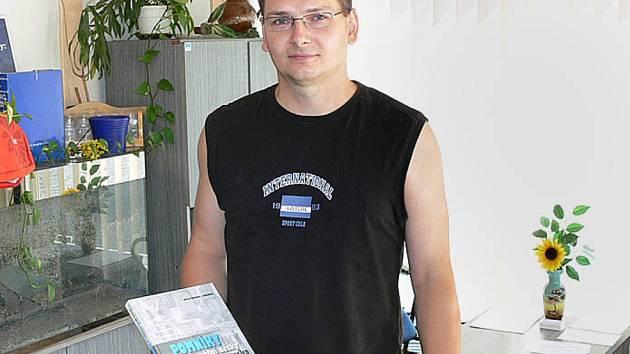 Pomníky a pamětní desky Chrudimska si jako cenu vybral druhý výherce Martin Slavík.