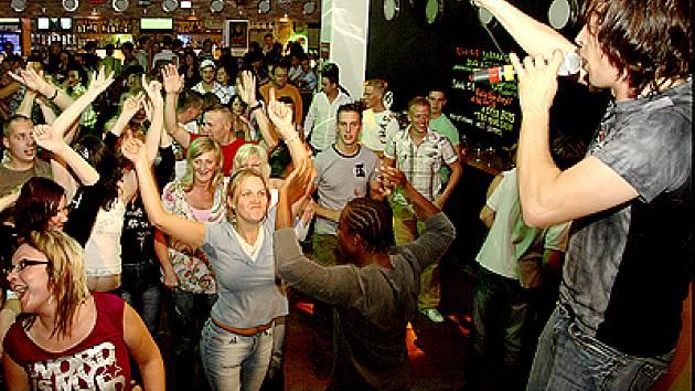 DJ Kofola dokázal do bláznivého rytmu zatáhnout každého návštěvníka baru.