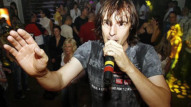 DJ Kofola dokáže do bláznivého rytmu zatáhnout každého návštěvníka svých vystoupení.