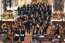 Vzpomínkový řetěz na oběti tragických dopravních nehod vyvrcholil koncertem v chrasteckém kostele.
