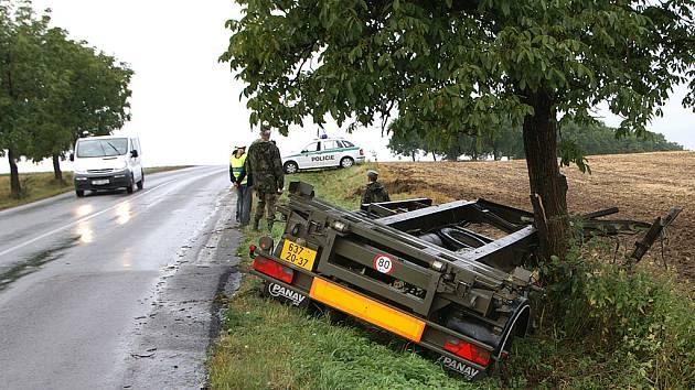 Mezi Chrudimí a Kočím havarovalo vojenské vozidlo Tatra.