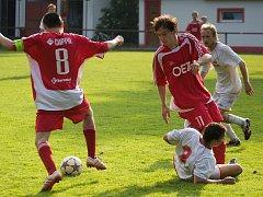 Fotbalisté Heřmanova Městce (ve světlém) se loučili se svými fanoušky výhrou nad Letohradem B 3:1.