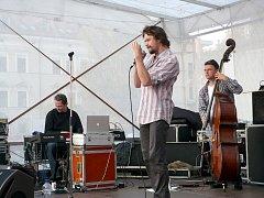 Dan Bárta a Robert Balzar Trio koncertovali na chrudimském náměstí. dff478d6a0