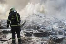 Hasiči zasahují u požáru sládky pneumatik v Boru u Skutče.
