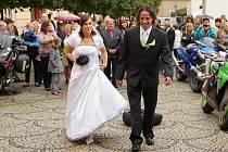Motorkáři z chrudimského klubu Black Horses nemohli na svatbě svého člena Tomáše Prokůpka s jeho snoubenku Veroniku Kopeckou chybět.