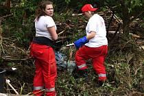 Dobrovolnice z ČČK Chrudim pomáhají ve Štěchovicích, které postihla červnová povodeň.