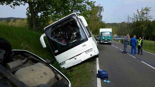 Autobus plný dětí havaroval nedaleko Hlinska