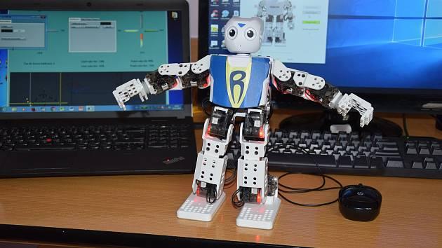 Robota pohání program s celou škálou cviků. Vláček se ovládá pohybem ruky.