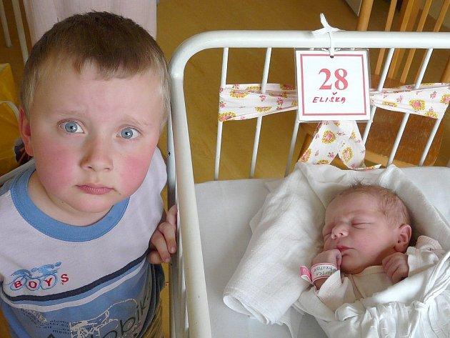 Ladu a Přemysla Štrupovy z Chrudimi potěšila v pátek 9. května svým narozením dcera Eliška. Na svět se podívala dvanáct minut před půlnocí, vážila 3,34 kg a měřila 49 cm. Tatínek u porodu nemohl chybět. Na svoji sestřičku se doma těší i Přemek.