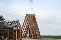 Unikátní čtrnáctimetrová hrázděná rozhledna Bára II s desetimetrovým stožárem na vrcholu je dílem architekta Martina Rajniše.