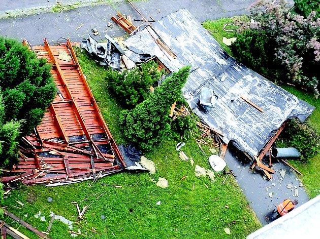 V Chrudimi ve Vlčnovské ulici utrhl silný vítr střechu z panelového domu.