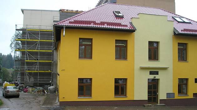 NÁKLADYna rekonstrukci školy se v letošním roce vyšplhají na 15 milionů korun. Deset milionů investovala Trhová Kamenice už v loňském roce. Stavbyvedoucí Petr Šikl (na snímku) kontroluje postup úprav.
