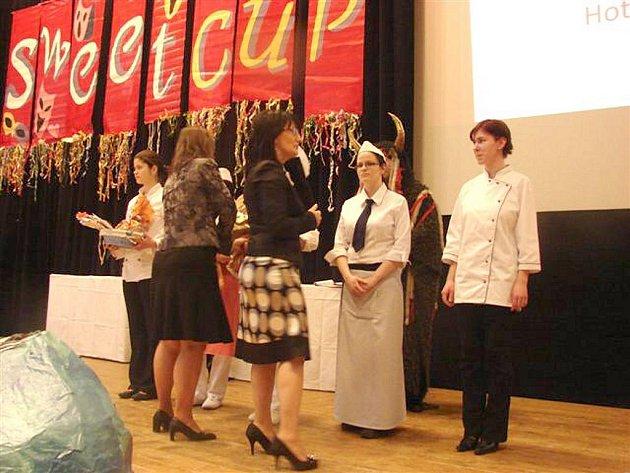 Cukrářky z chrudimské SOŠ a SOU obchodu a služeb na Sweet Cupu v Prešově.