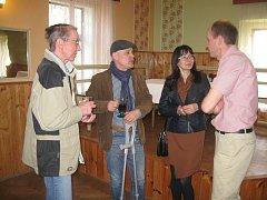 Mezi hosty vernisáže byl vnuk Václava Štědrého Stanislav Rytych (druhý zleva). Vpravo stojí starosta obce Vysočina Tomáš Dubský.