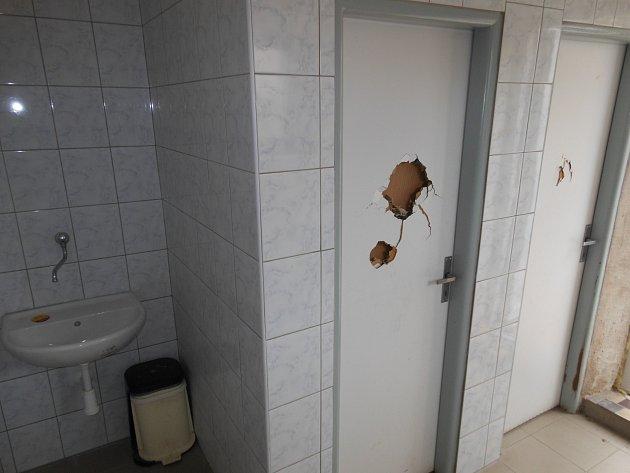 Dveře u chrasteckých veřejných pánských záchodků se stávají opakovaně terčem neznámých vandalů.