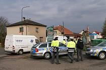ZÁTAH NA POLÁKY. Kriminalisté na místě zadrželi tři osoby cizí státní příslušnosti (ve věku 26, 36 a 41 let) a obě vozidla byla zajištěna a odtahovou službou převezena do objektu policie.