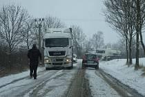 Uvízlý kamion na silnici mezi Třemošnicí a Starým Dvorem