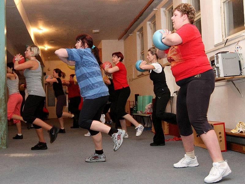 Účastnice soutěže Hubněte s deníkem do jarních šatů cvičí pod vedením cvičitelky Vlaďky body-styling v tělocvičně se zrcadly a také v bazénu.