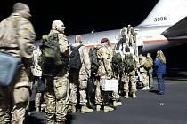 Příslušníci 7.jednotky PRT Lógar nastupují do letadla.