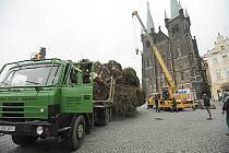 Na náměstí byl instalován vánoční strom.